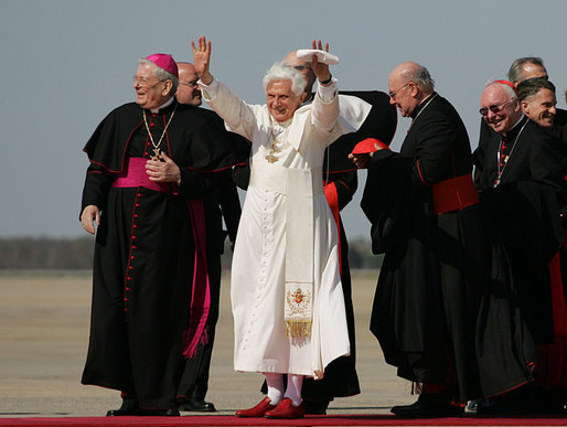 Pope_Benedict_XVI_acknowledges_the_cheers_of_the_crowd